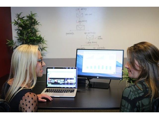 Algunos puestos de trabajo que conforman una agencia de marketing digital