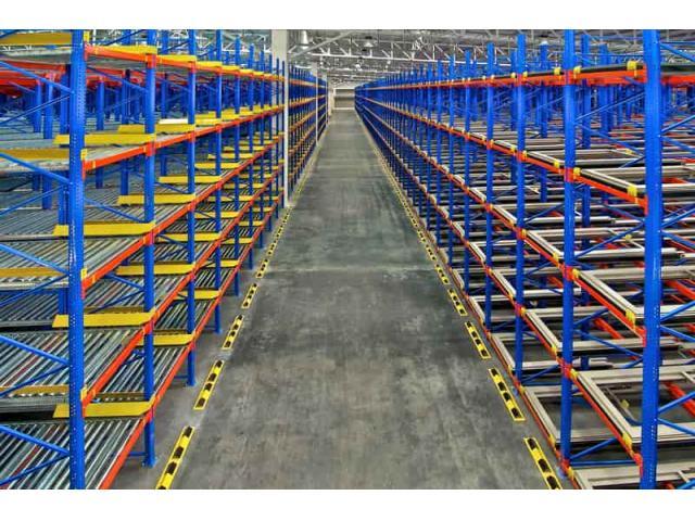 El sistema de almacen con estanterias metalicas
